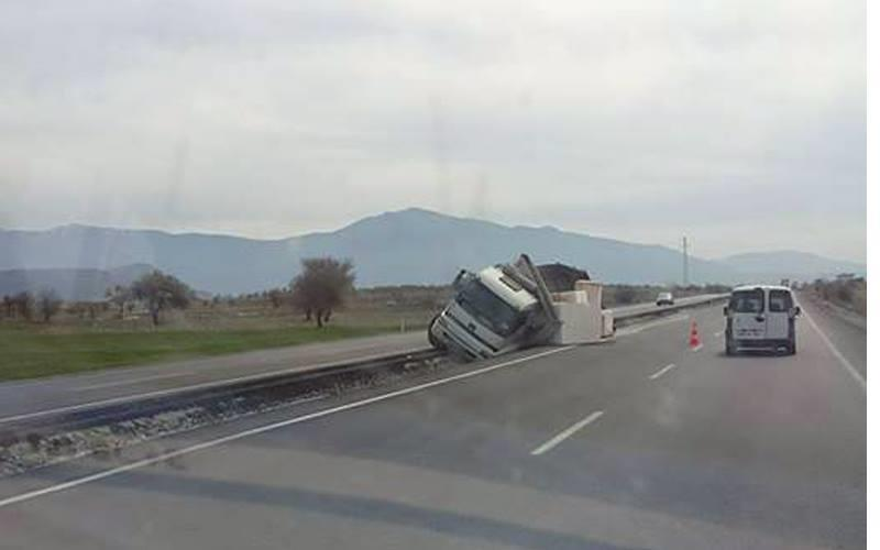 Acıpayam'da kamyon tahliye kanalına düştü