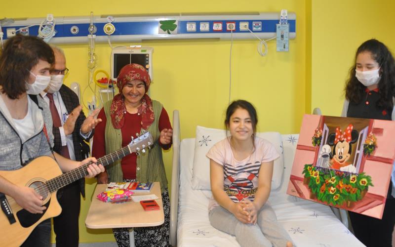 Öğrencilerden hasta çocuklara 23 Nisan hediyesi
