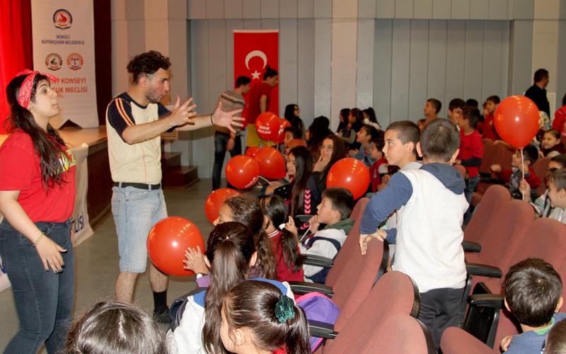 Denizli'de 7 bin 500 çocuk tiyatroyla buluştu