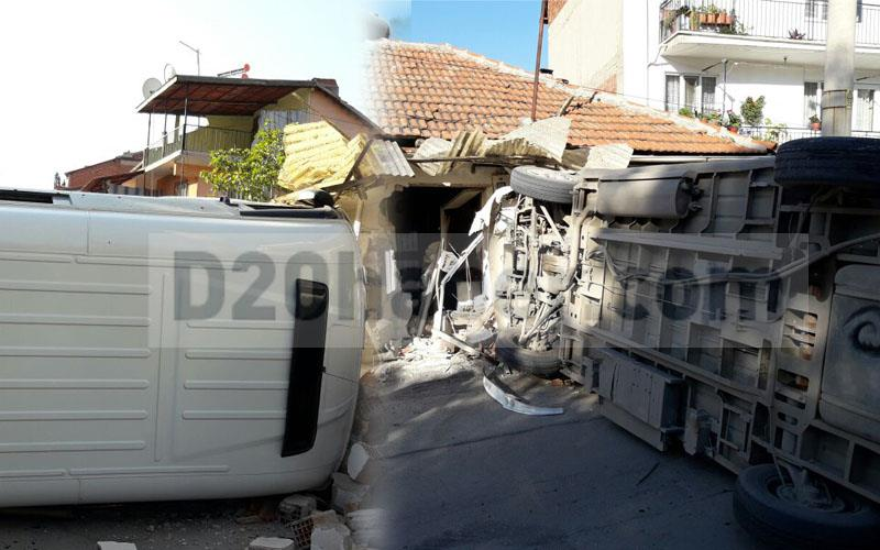 Servis minibüsü eve daldı: 4 yaralı