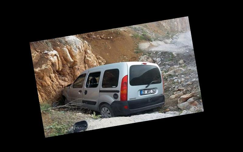 Serinhisar'da araç kayaya çarptı