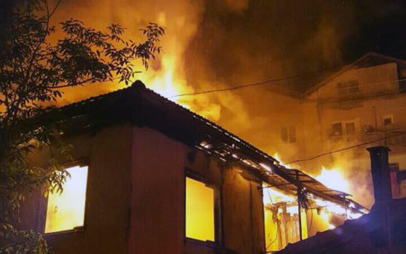 Sırakapılar'da 2 katlı ev yandı