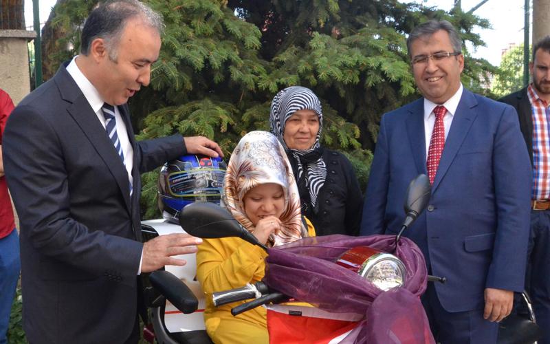 Engelli genç kızın akülü motosiklet sevinci