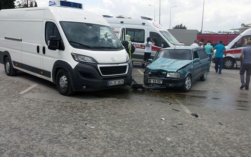 Hacıeyüplü'de minibüs ile otomobil çarpıştı