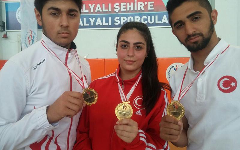 Karatecilerden 3 altın madalya