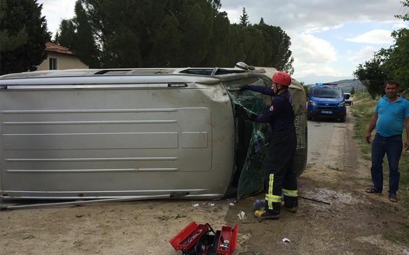 Yenicekent'te minibüs devrildi, 3 yaralı
