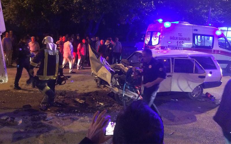 Otomobil bakım aracına çarptı: 2 yaralı
