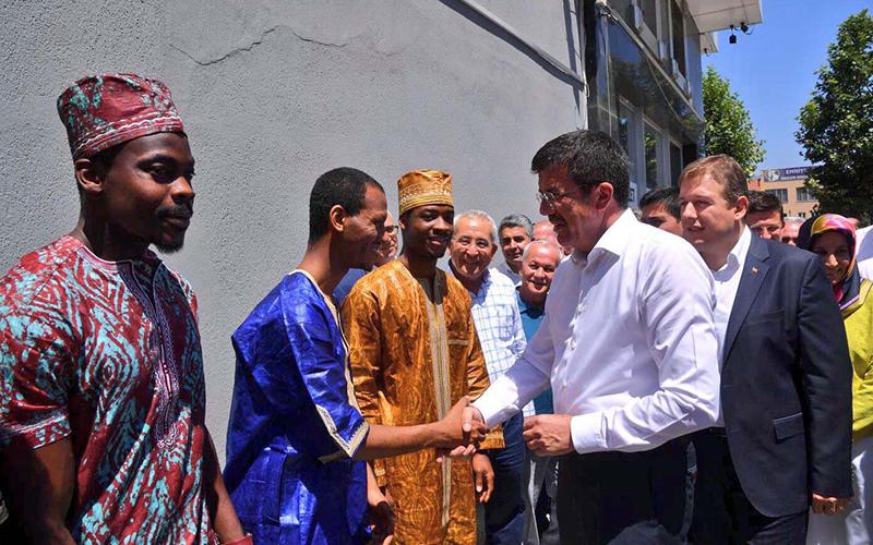 Afrikalı öğrencilerden Bakan Zeybekci'ye karşılama