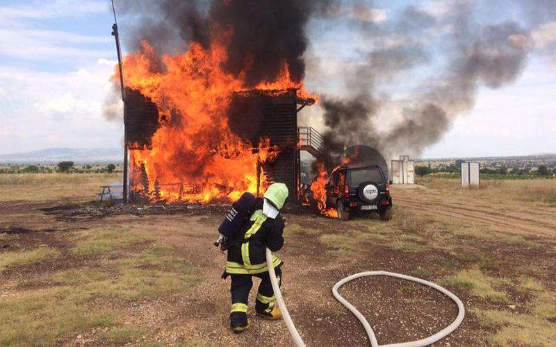 Denizli'de 2 katlı işyeri ve jip yandı