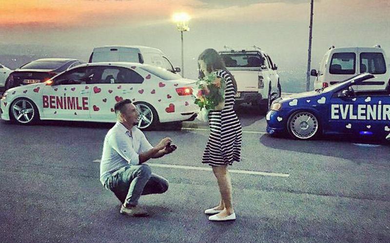 Kalplerle süslediği otomobillerle sürpriz evlilik teklifi