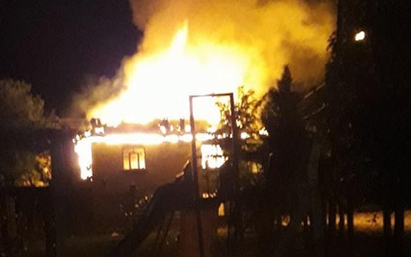 Dedebağ'da 2 katlı ev kül oldu