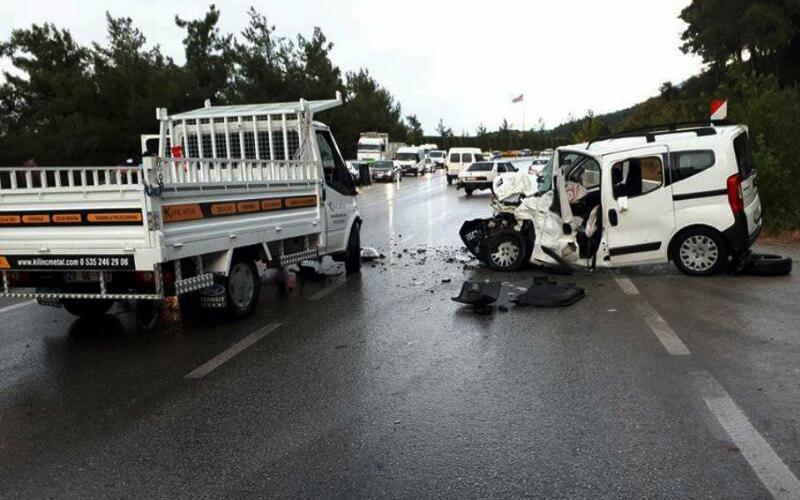 Kamyonet ile hafif ticari araç çarpıştı: 1'i ağır, 3 yaralı