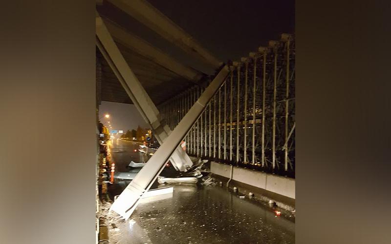 Dikkatsiz sürücü köprülü kavşak iskelesini yıkıyordu