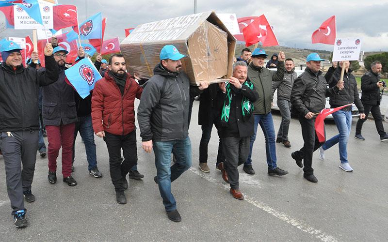 Denizli'de işçilerden tabutlu eylem