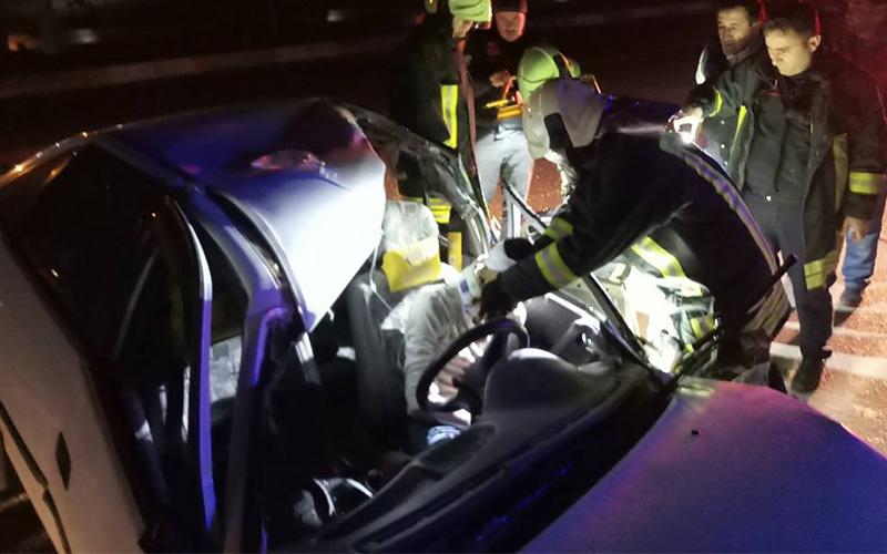 Otomobil kamyona arkadan çarptı, sürücü sıkıştı
