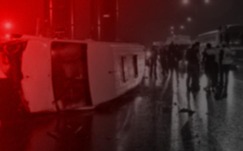 Minibüs ile kamyonet çarpıştı: 11 yaralı