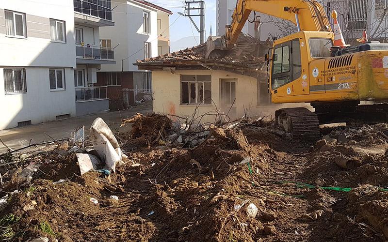 Pamukkale'de metruk binalar yıkılıyor