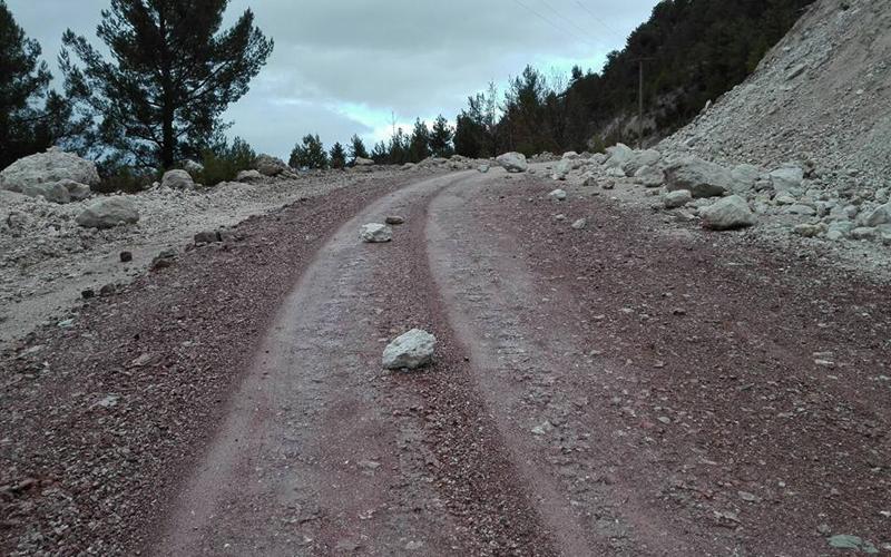 Yola düşen kaya parçaları tehlike saçıyor