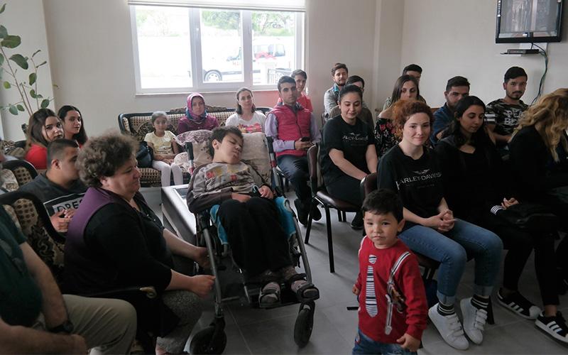 Üniversitelilerden engelli öğrencilere moral desteği
