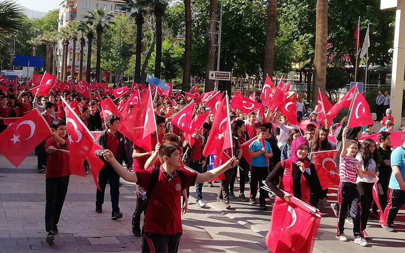 Yüzlerce öğrenci 57.Alay'a vefa için yürüdü