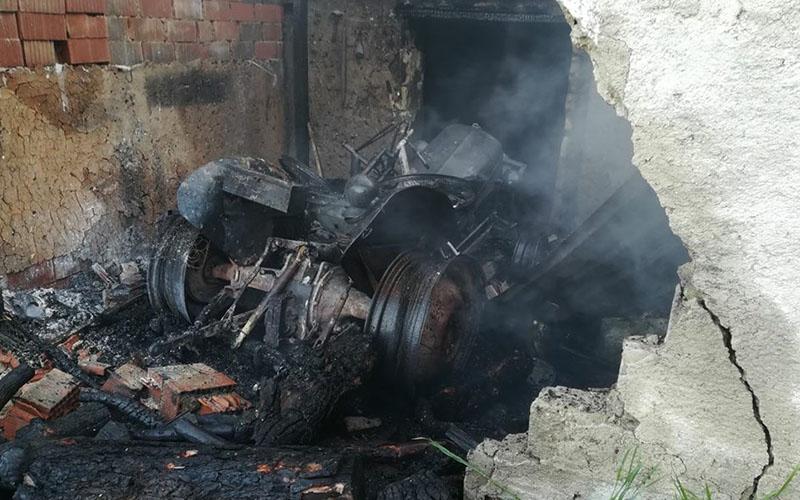 Çıkan yangında bir ev ile traktör kullanılamaz hale geldi