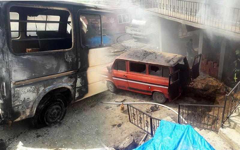 Samanlıkta çıkan yangın 2 minibüsü yaktı