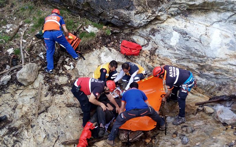 Mantar toplarken kayalıklardan düşen 2 kişi kurtarıldı