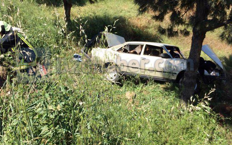 Otomobil ağaca çarptı, sürücü içinde sıkıştı