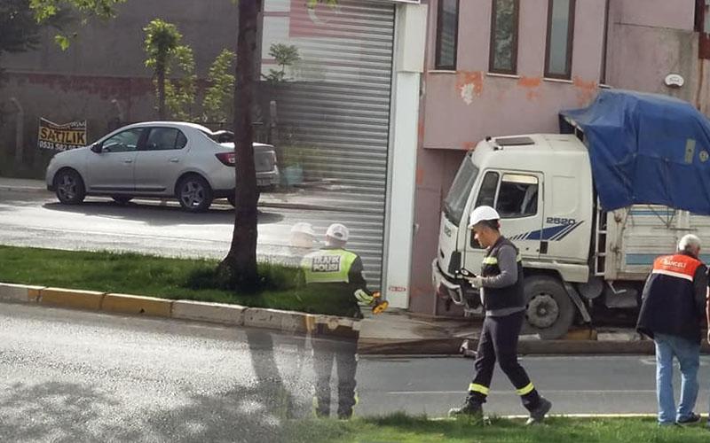 Freni patlayan kamyon direği devirdi, eve çarptı