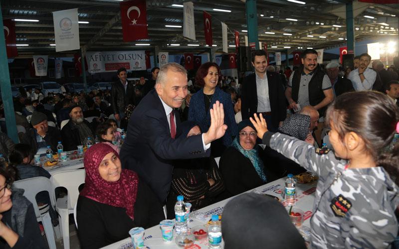 Büyükşehir'in iftar sofrası Bahçelievler'de kuruldu