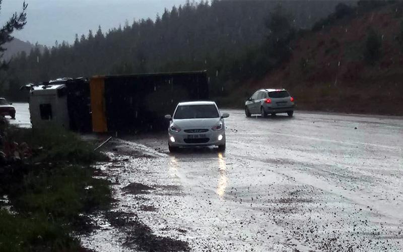 Yağışın kayganlaştırdığı yolda kamyon devrildi