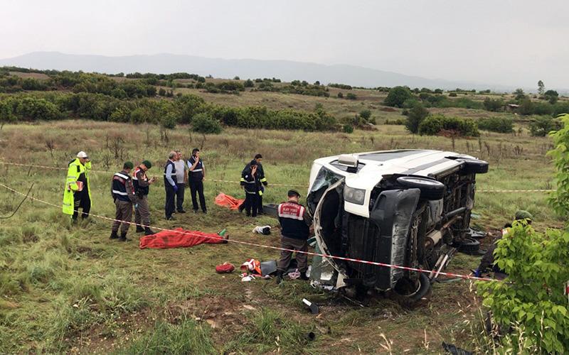 Minibüs şarampole yuvarlandı: 1 ölü, 14 yaralı