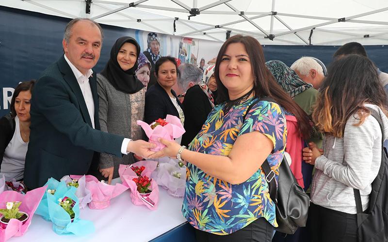 Pamukkale Belediyesi, Anneler Günü'nde kadınlara çiçek dağıttı