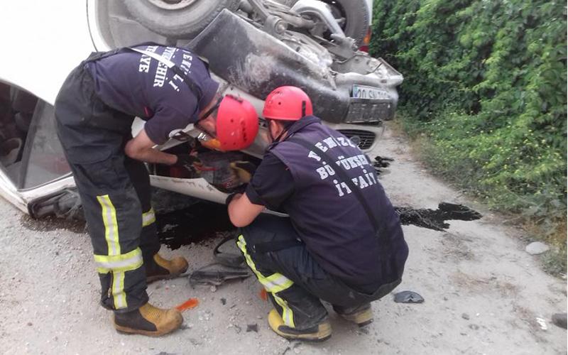 Minibüs park halindeki minibüse çarptı: 3 yaralı
