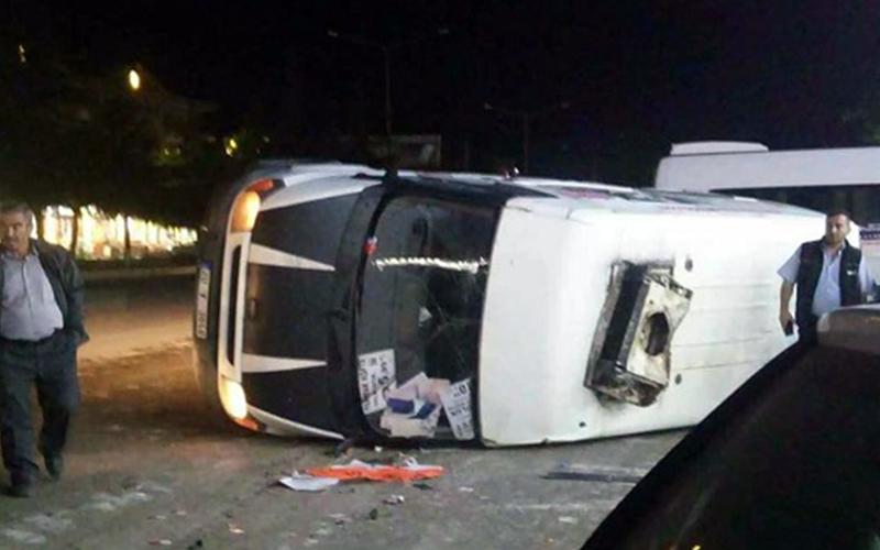 İki minibüs kavşakta çarpıştı: 4 yaralı