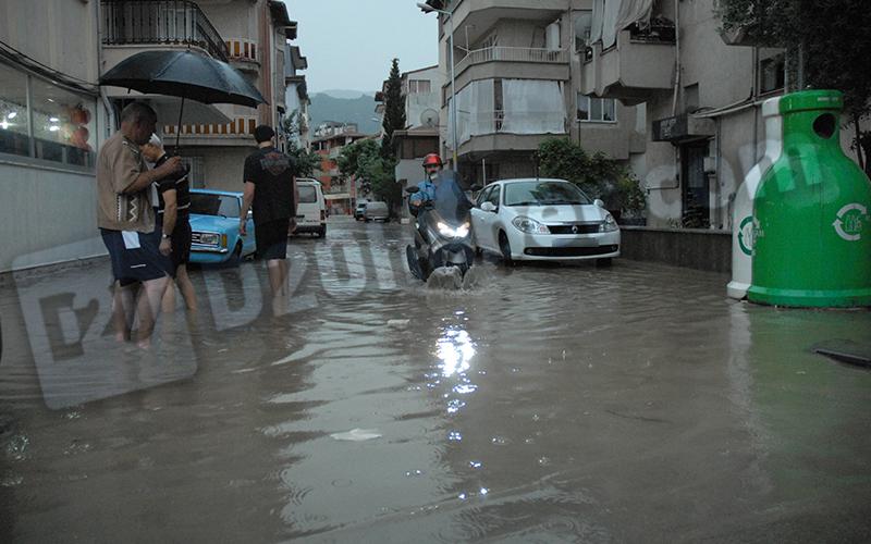 Yağmur yağdı, yollar su altında kaldı
