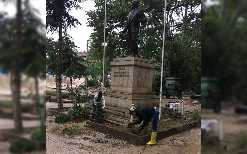 CHP'li gençlerden park temizliği