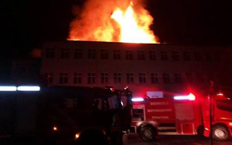 Yıldırım düşen okulda yangın çıktı