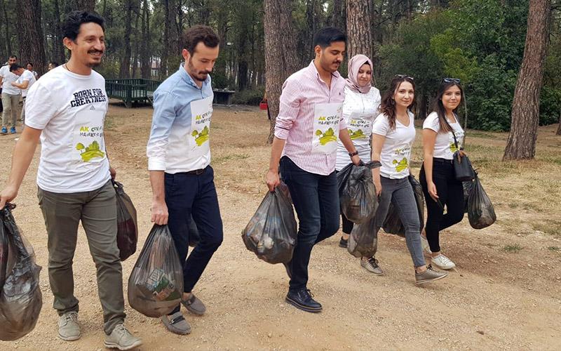 AK Partili gençler mesirelikte çöp topladı