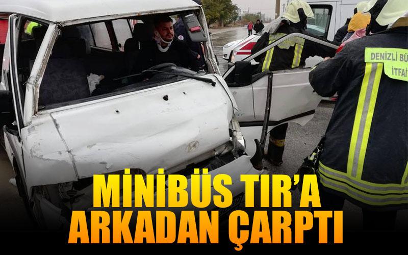 Minibüs TIR'a arkadan çarptı