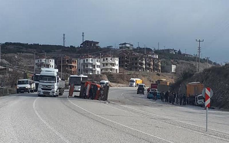 Kamyon kamyona, kamyona da ticari araç çarptı