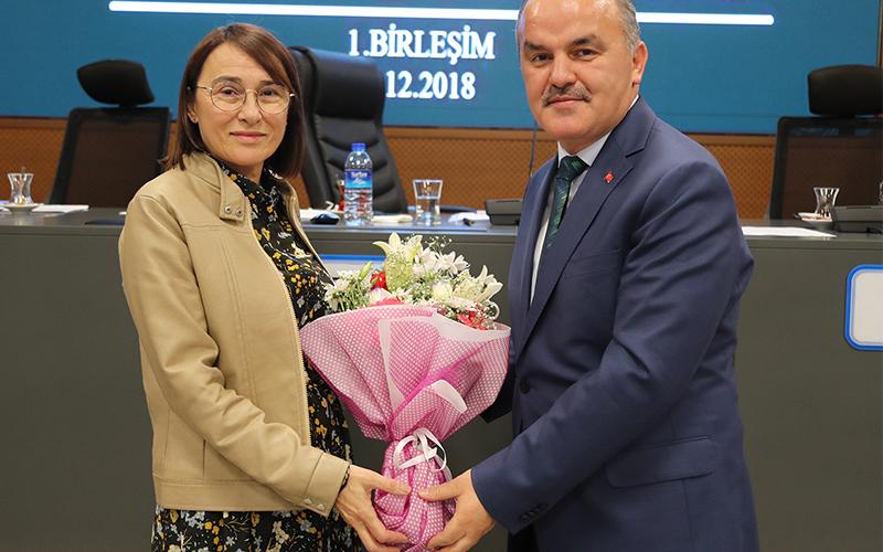 Gürlesin'den kadın meclis üyelerine çiçek buketi