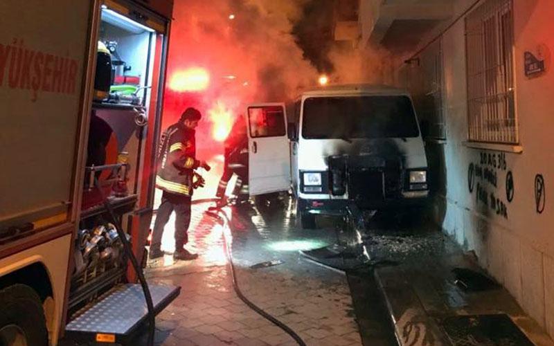Park halindeki minibüste yangın çıktı