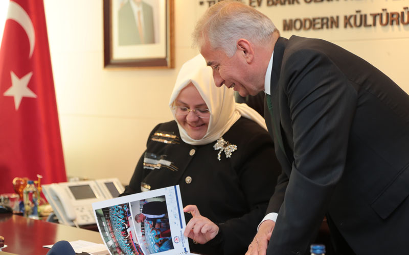 Bakan Selçuk'tan Büyükşehir'in sosyal hizmetlerine övgü