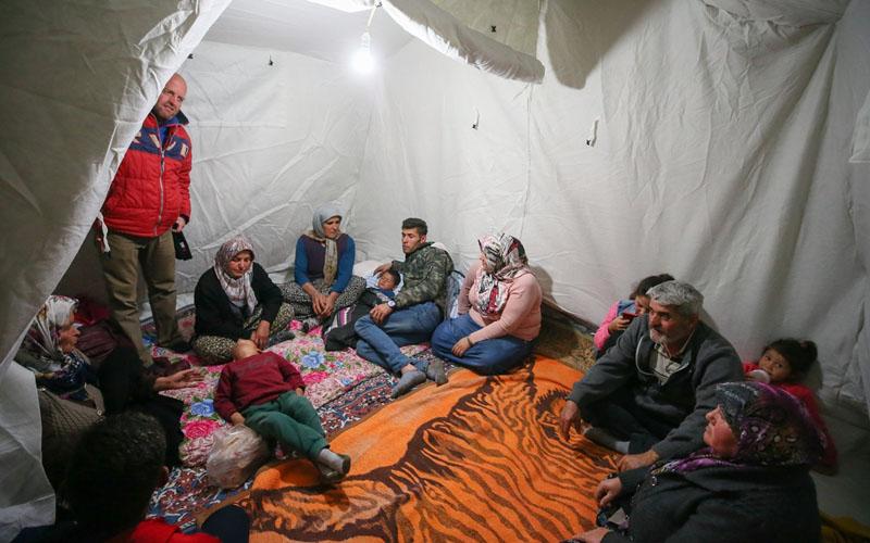 Depremzedeler geceyi çadırda geçirdi
