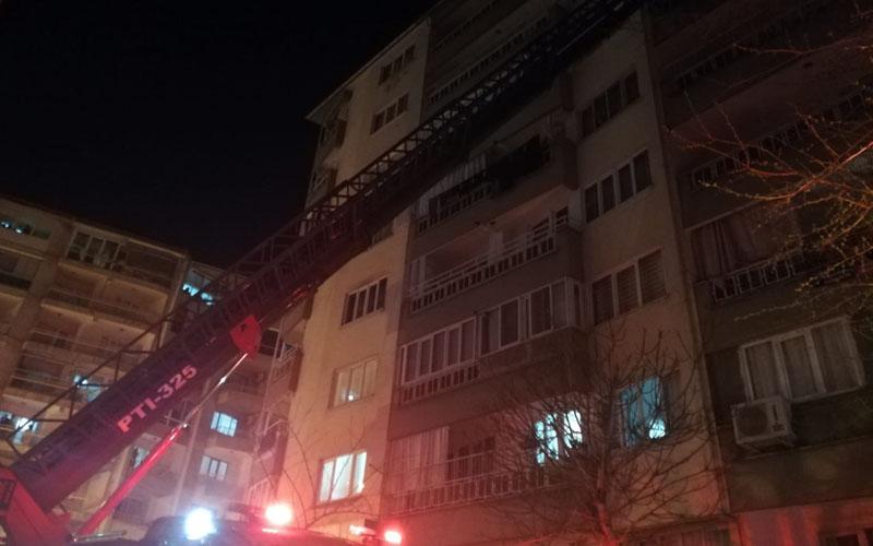 Yanan dairede mahsur kalan kişiyi itfaiye ekipleri kurtardı