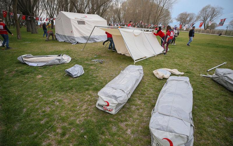 Deprem bölgesinde çadırlar kuruldu