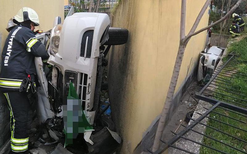 Araç demir bariyeri yıkıp boşluğa yuvarlandı