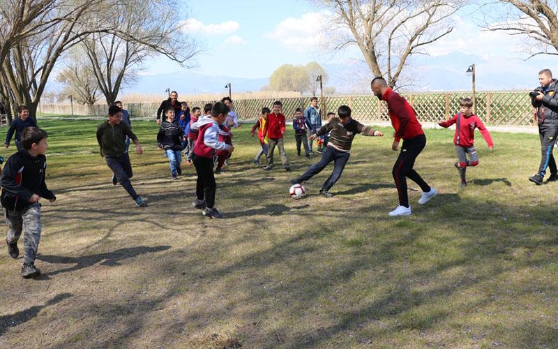 Göztepeli futbolcular, depremzede çocuklarla maç yaptı