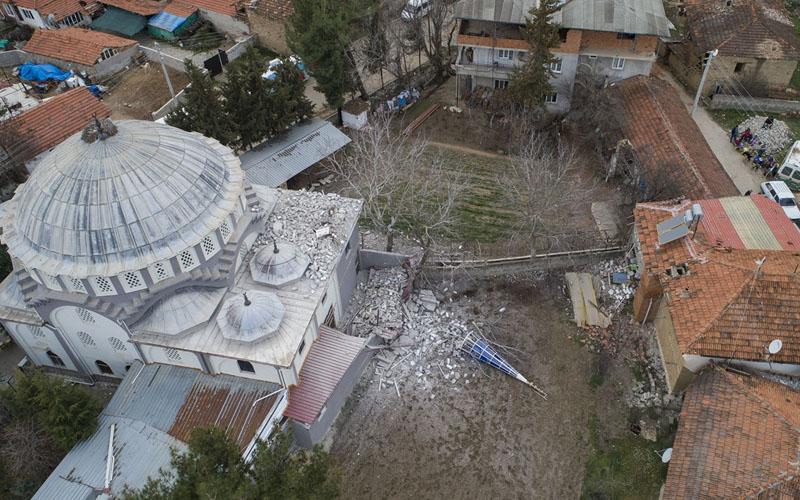 Cami hasar gördü, minare yıkıldı